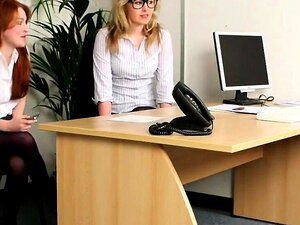 Une secrétaire naïve pénétrée dans son bureau