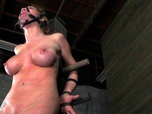 Femme soumise se fait fouetter la chatte par son maître