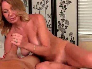 Milf nackte Naked moms