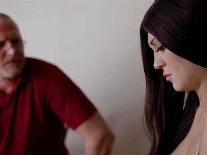 Le beau-père et la belle-fille baisent le cul de la femme de chambre